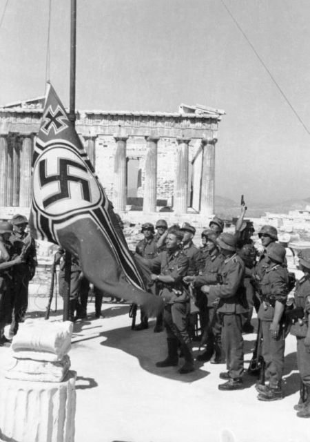 Bundesarchiv_Bild_101I-164-0389-23A _Athen _Hissen_der_Hakenkreuzflagge